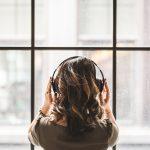 Aber die Lösung ist nicht schwer: Kopfhörer! Die passende Playlist oder der richtige Podcast können deine Produktivität noch zusätzlich steigern.