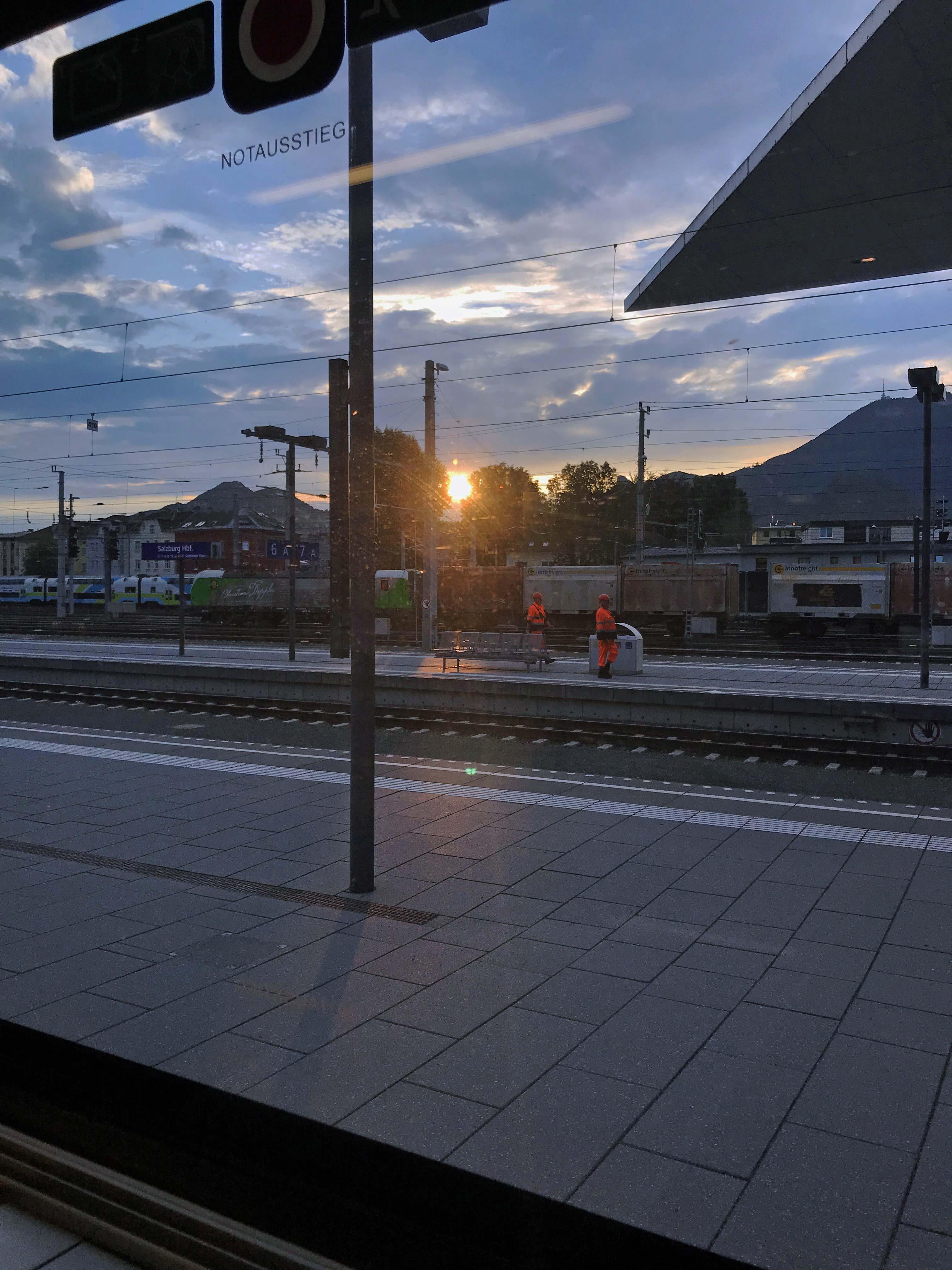 Mit dem richtigen Equipment hast du Zeit den Sonnenaufgang im Zug zu genießen