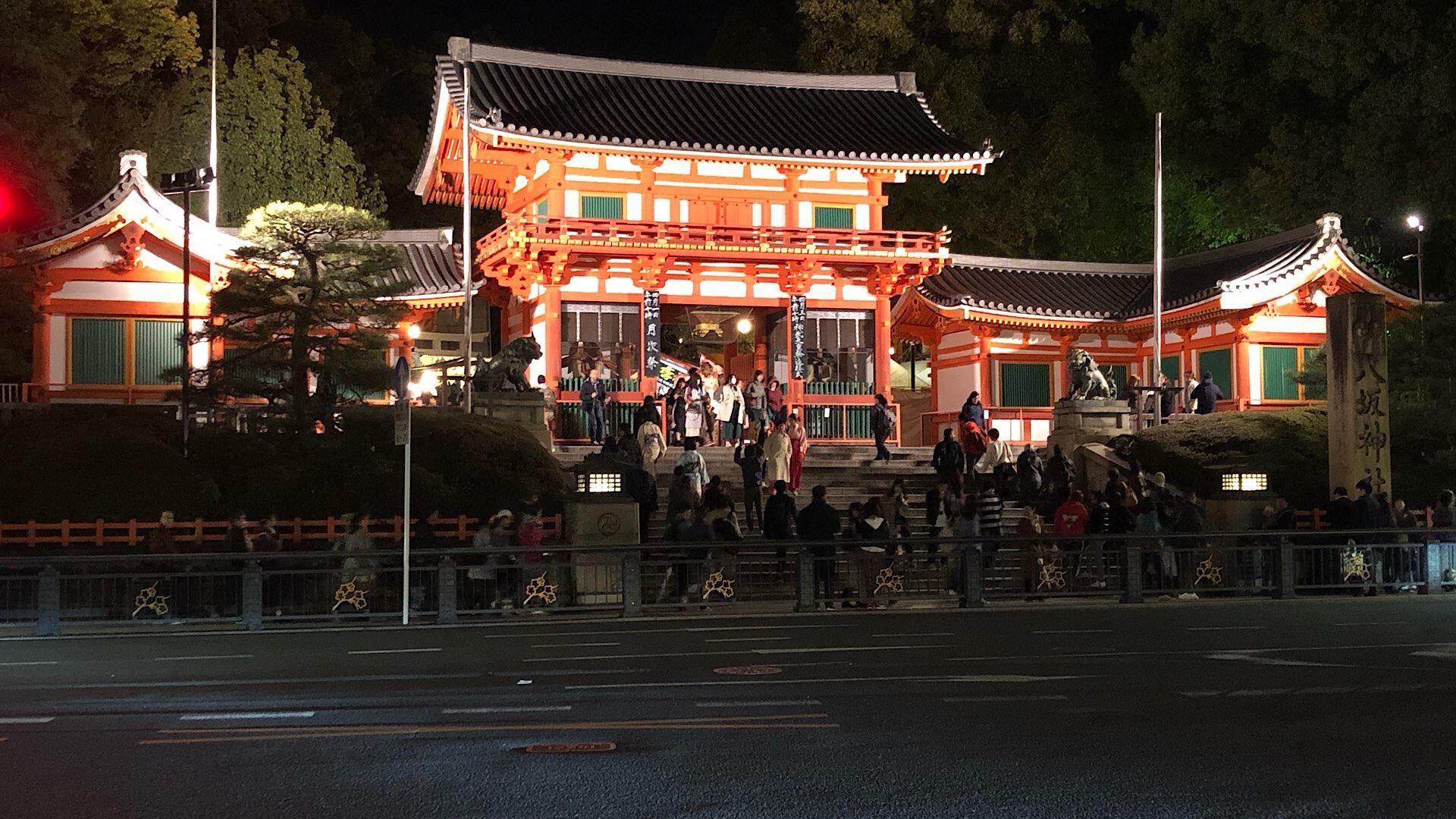 Beleuchteter Tempel in Kyoto